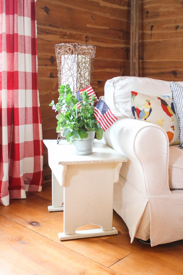 Red, White & Blue Sitting Area in a Log Home   Creative Cain Cabin