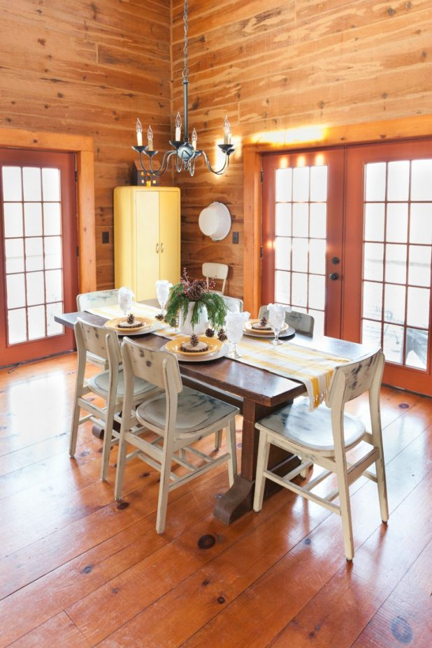 Rustic Log Home Christmas Table Using Natural Elements