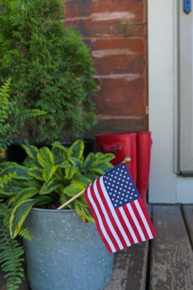Simple Outdoor Patriotic Decor