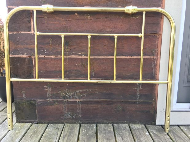 How to update an old brass headboard with spray paint to give it that farmhouse feel