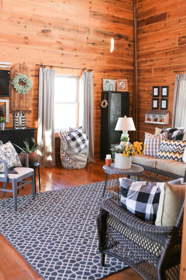 How to Decorate a Living Room With Lawn Furniture