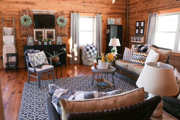 Decorating a Living Room in a Log Home Using Lawn Furniture