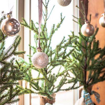 Easy Kitchen Window Christmas Garland
