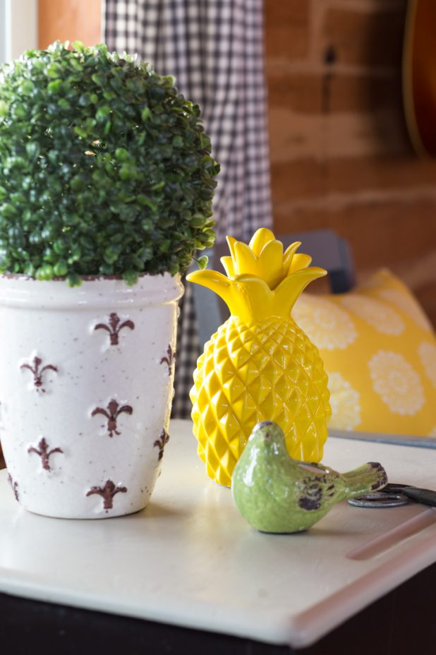 Boxwood, Pineapple, and Bird Tablescape